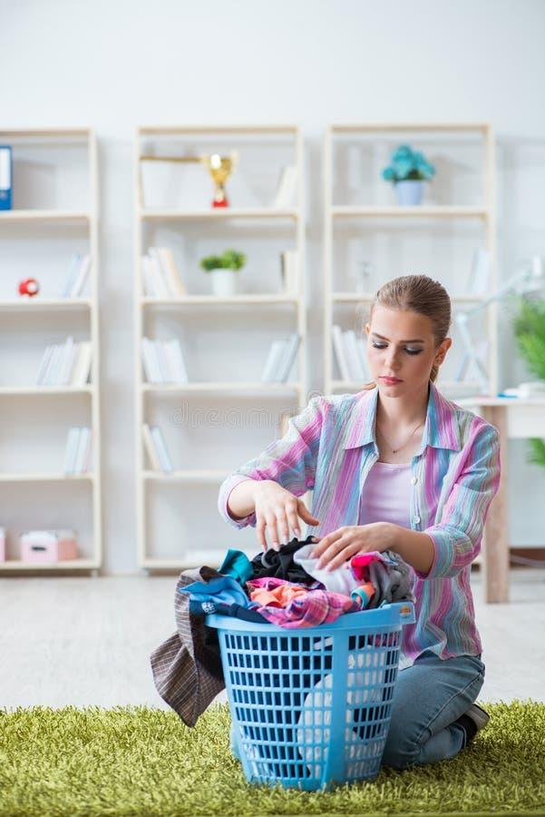 做洗衣店的疲乏的沮丧的主妇 免版税库存照片
