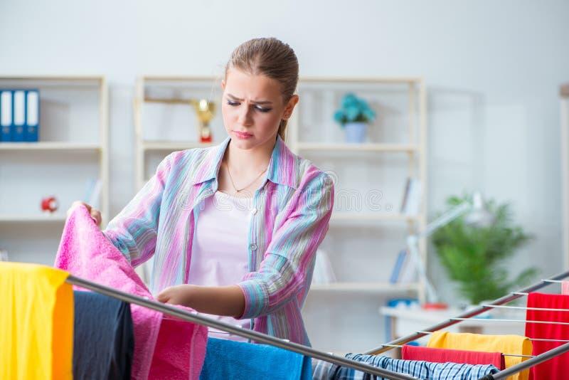 做洗衣店的疲乏的沮丧的主妇 免版税图库摄影