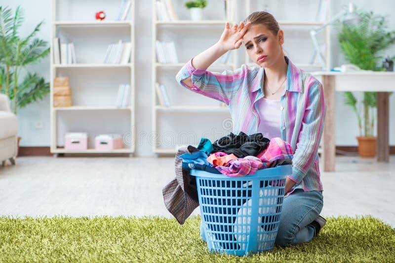 做洗衣店的疲乏的沮丧的主妇 库存图片
