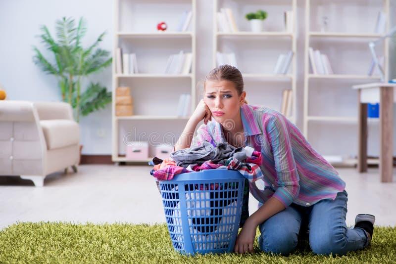 做洗衣店的疲乏的沮丧的主妇 库存照片