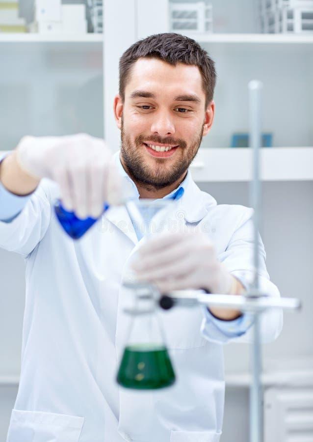 做测试或研究的年轻科学家对实验室 免版税图库摄影