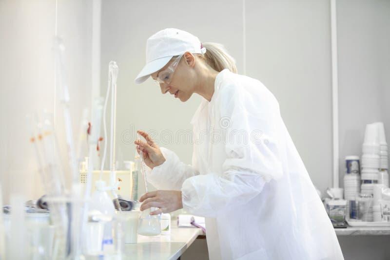 做测试的女性试验室工怍人员在工业c的一个实验室 库存图片