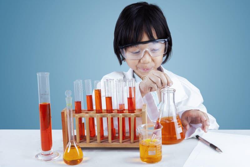 做测试的小女性科学家 免版税库存图片