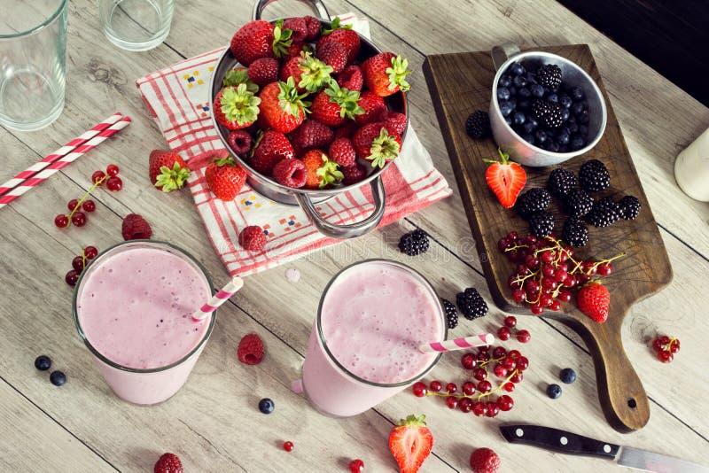 做混杂的莓果酸奶圆滑的人 库存图片