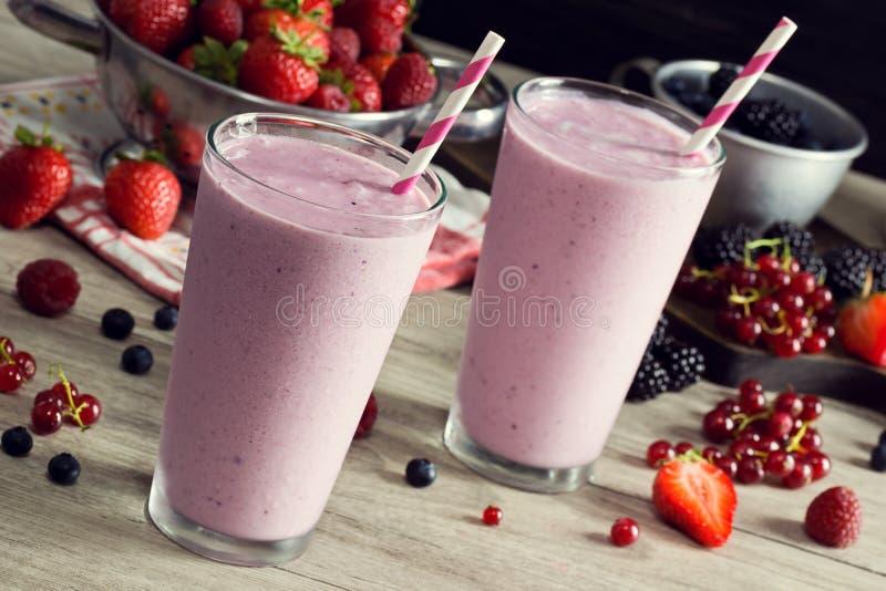 做混杂的莓果酸奶圆滑的人 免版税库存图片