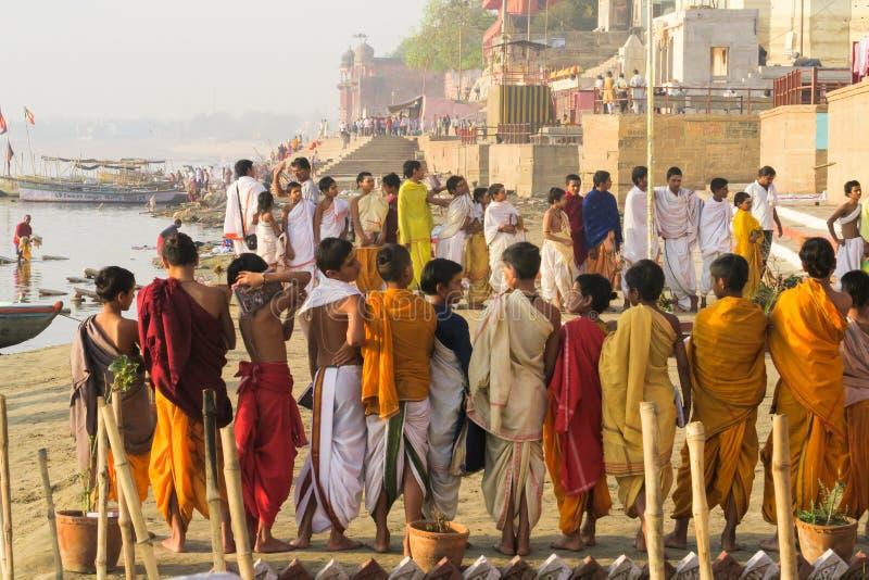 做游行的年轻印度教士在恒河河沿在瓦腊纳西,北方邦,印度 免版税库存图片