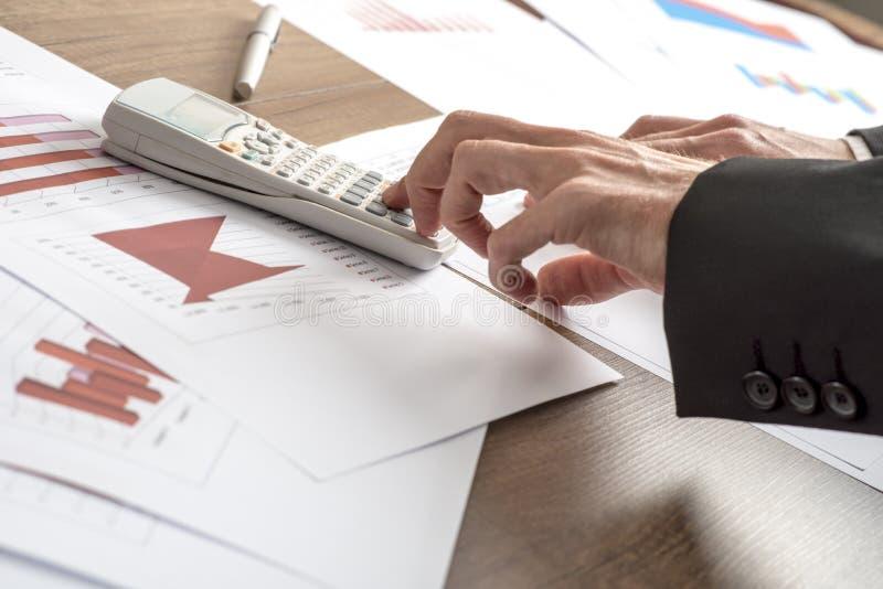 做演算的企业顾问或银行家 免版税库存图片