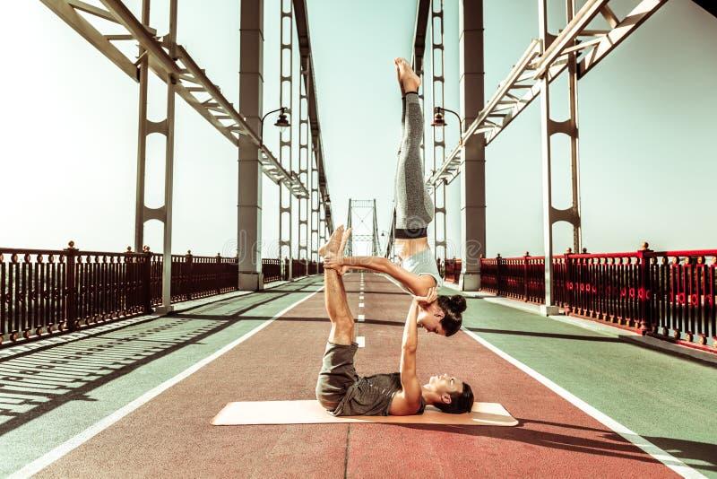 做烛台瑜伽姿势的运动的适合的夫妇 库存照片