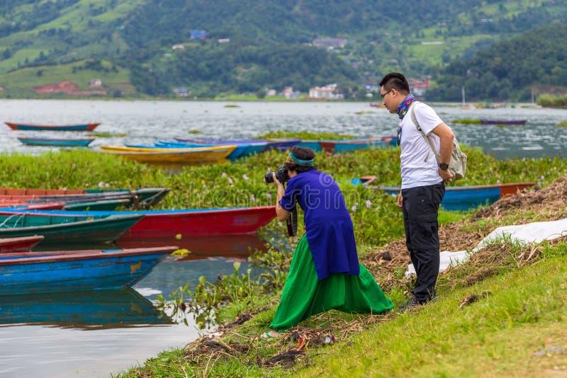 做照片湖Phewa的游人在博克拉 库存照片