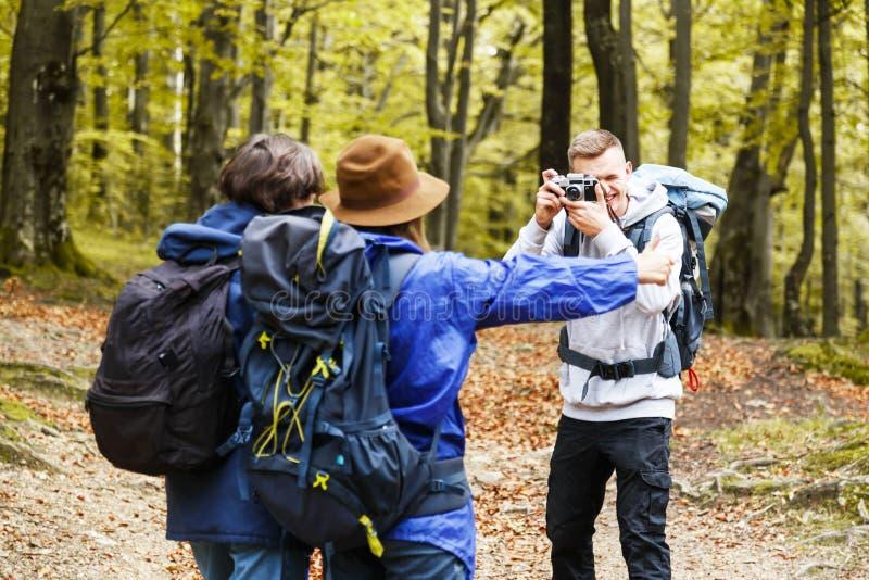 做照片的男孩对他的朋友在森林 库存照片