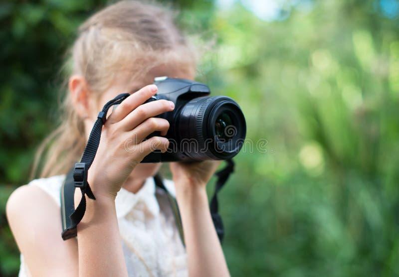 做照片的逗人喜爱的小女孩 免版税库存照片