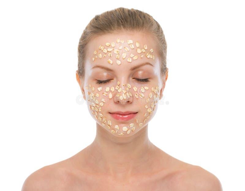 做燕麦粥面具的轻松的少妇画象  免版税图库摄影