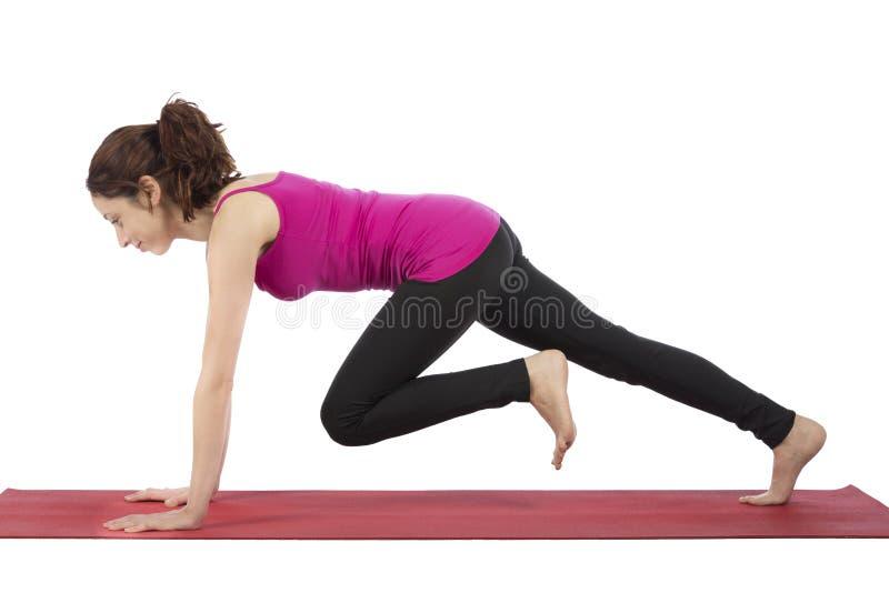 做爬山者姿势的健身妇女 免版税库存图片