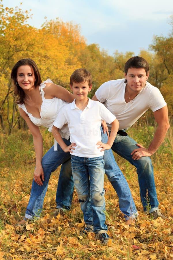 Download 做父母儿子 库存照片. 图片 包括有 系列, 中间, 欧洲, 喜悦, 森林, 乐趣, 母亲, 叶子, 公园 - 22355802