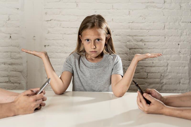 做父母流动细胞聪明的电话瘾被忽视的孩子概念射击 免版税库存照片