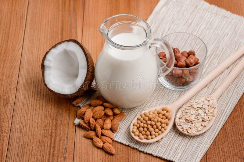 做牛奶由坚果 免版税库存图片