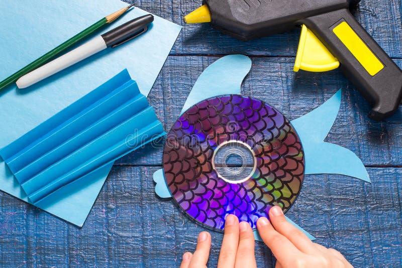 做玩具鱼由CD 手工制造children& x27; s项目 Step7 免版税库存照片