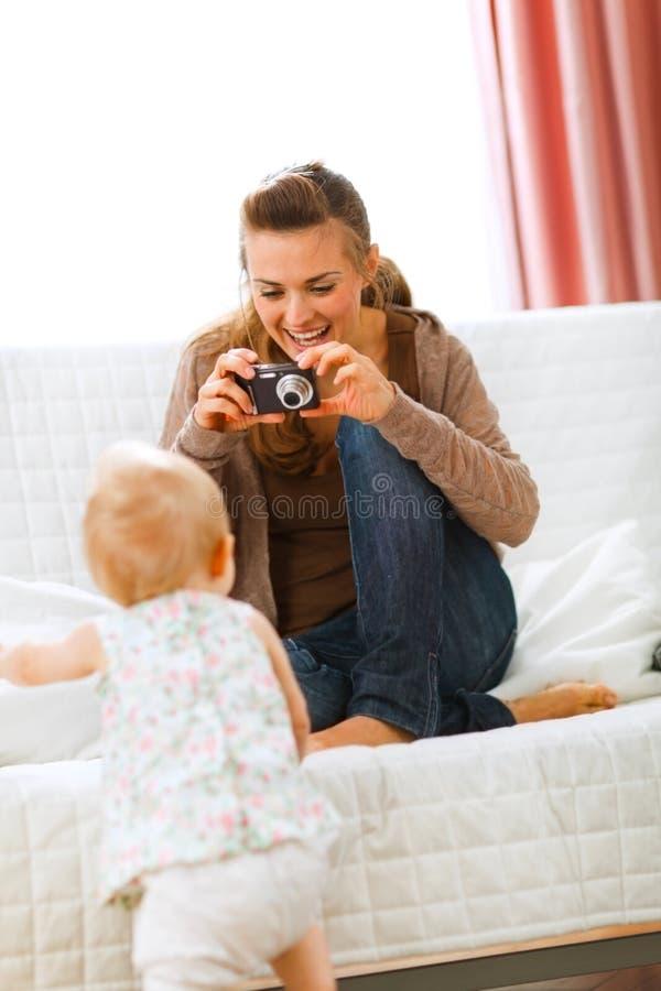 做现代母亲照片的婴孩 免版税图库摄影