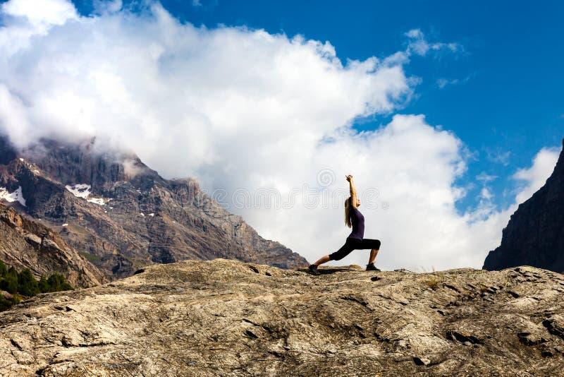 做瑜伽姿势的可爱的少妇 图库摄影