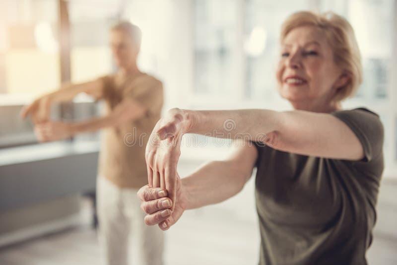 做瑜伽姿势的嬉戏夫人 库存图片