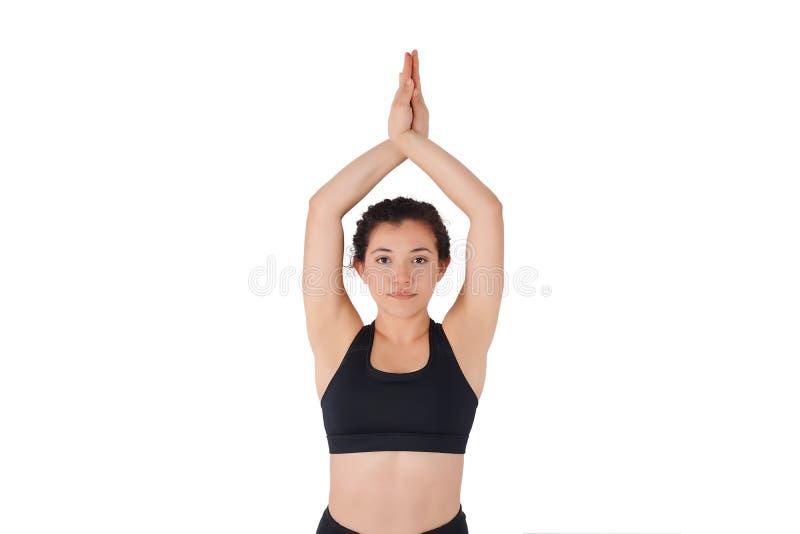 做瑜伽姿势的年轻拉丁妇女 免版税库存图片