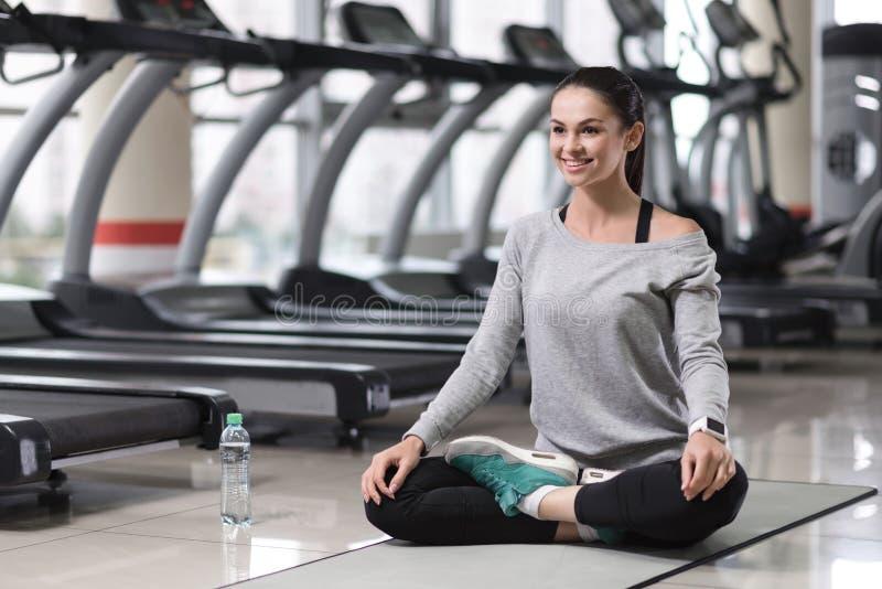 做瑜伽姿势的轻松的女孩在训练以后 免版税库存照片