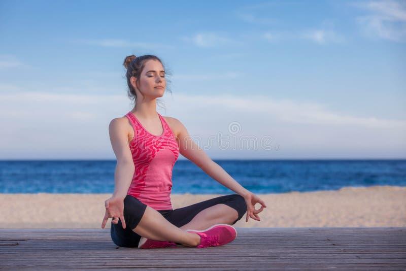做瑜伽或凝思的妇女户外 库存照片