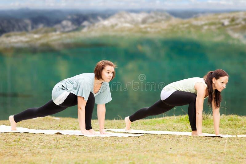 做瑜伽本质上的妇女 图库摄影