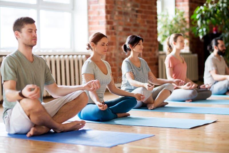 做瑜伽的人在演播室行使 库存照片