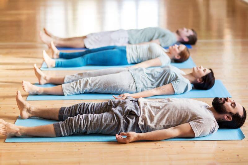 做瑜伽的人在演播室行使 免版税库存图片