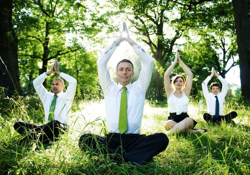 做瑜伽的商人户外 免版税库存图片