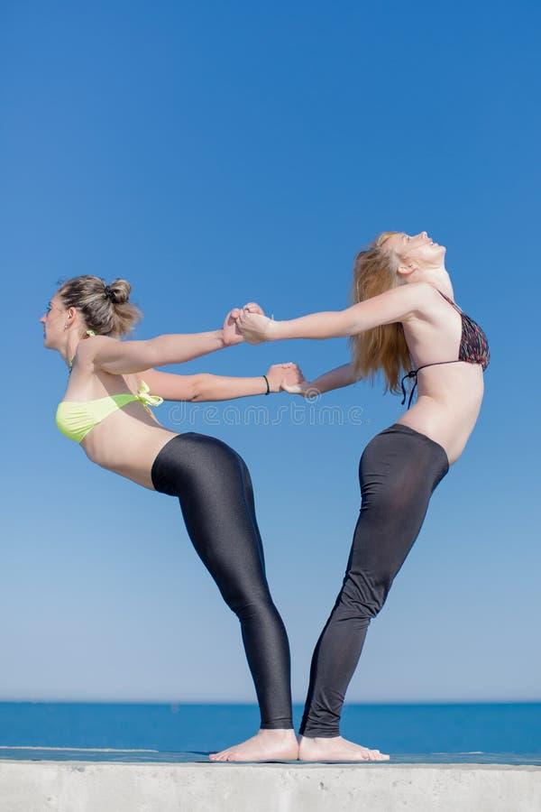 做瑜伽的女孩户外 免版税图库摄影