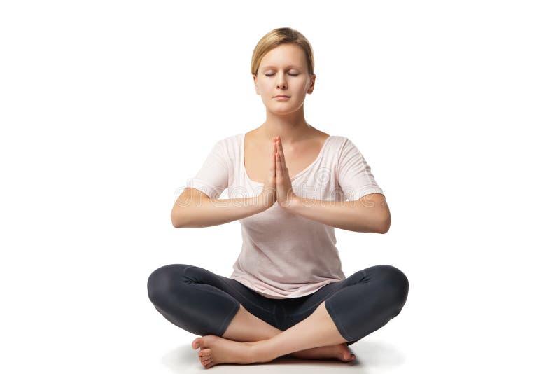 做瑜伽的少妇反对白色背景 免版税库存照片