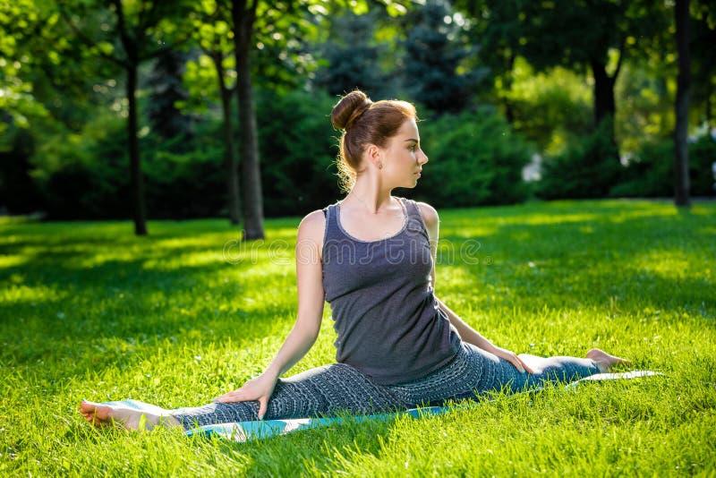 做瑜伽的少婦在夏天城市公園行使. 閉合, 人力.圖片