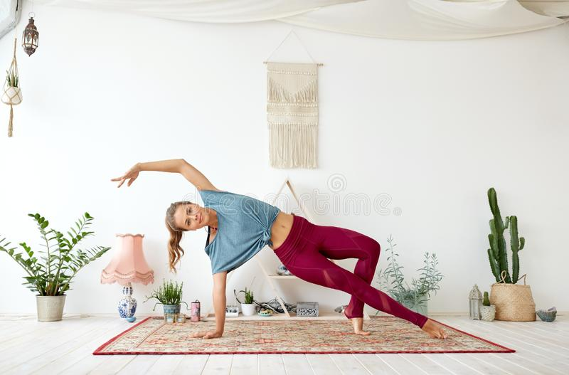 做瑜伽的少妇在演播室 库存图片