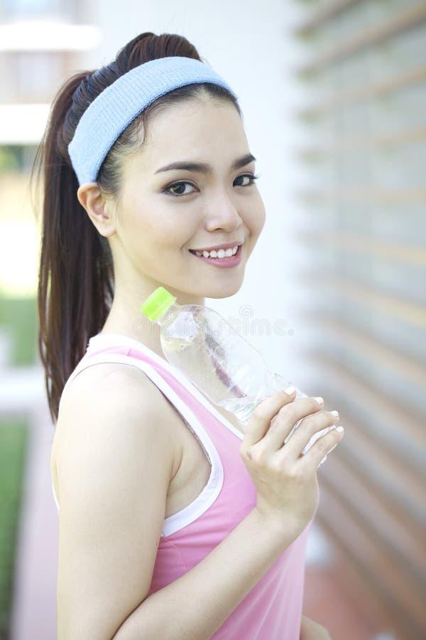 做瑜伽的美丽的亚裔妇女 免版税库存图片