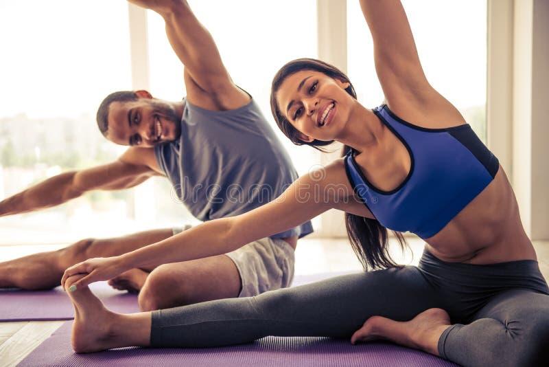 美国黑人成人黄片_做瑜伽的美国黑人的夫妇. beautifuler, 放松.