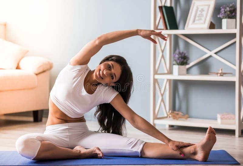 美国黑人成人黄片_做瑜伽的美国黑人的女孩. 浓度, 女性.