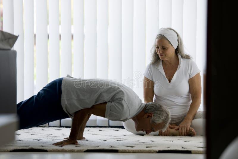 做瑜伽的资深夫妇 免版税库存图片