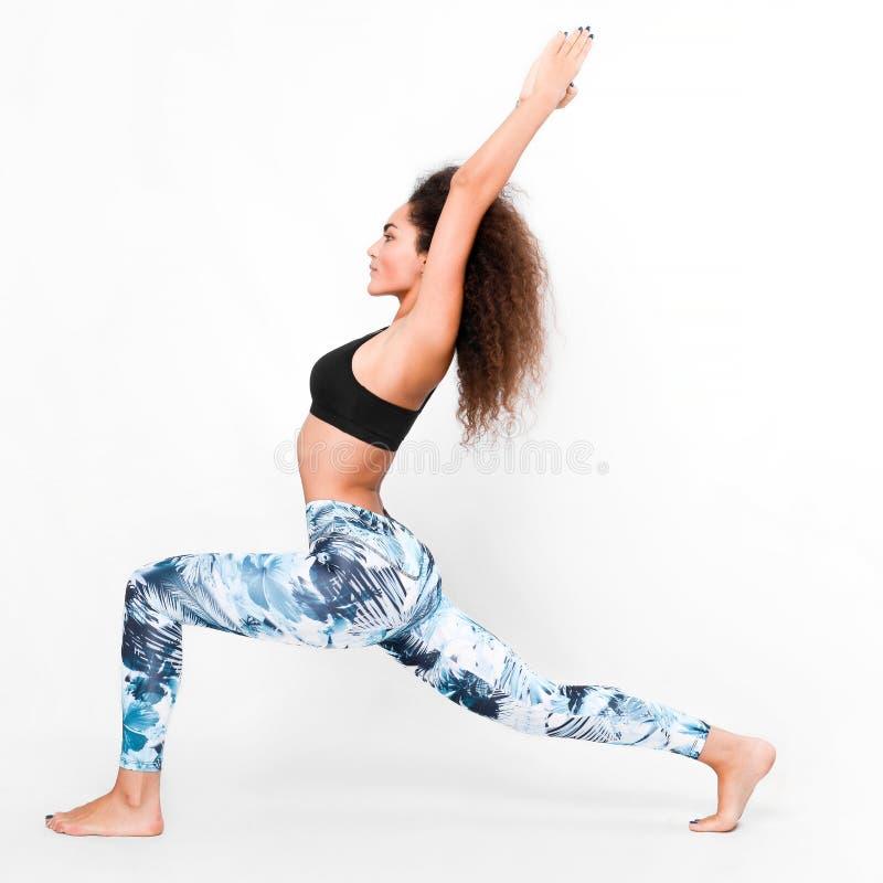 做瑜伽的运动的妇女 免版税库存图片