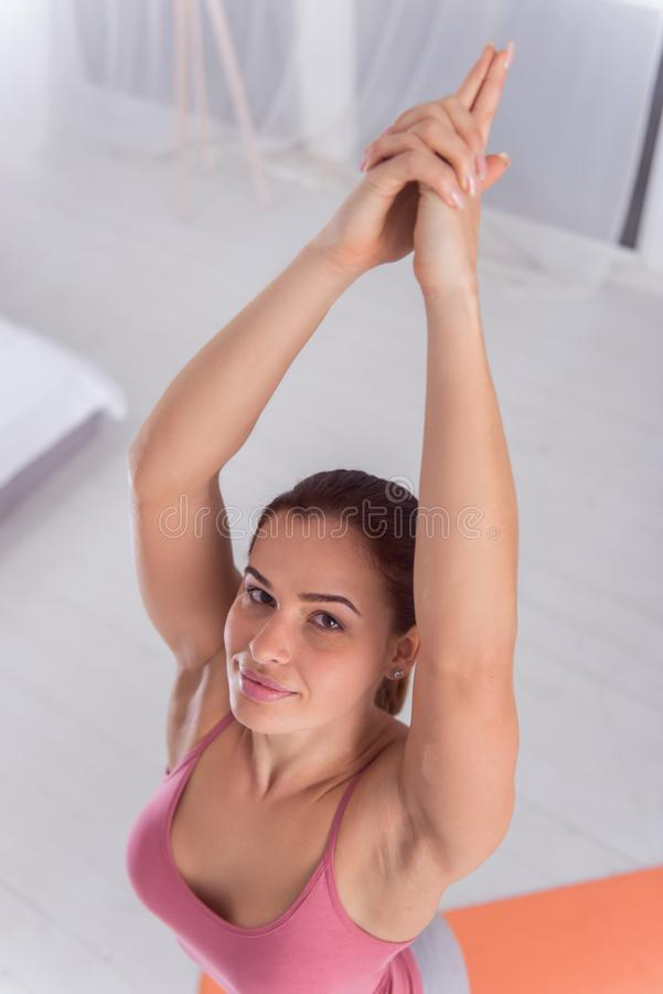 做瑜伽的高兴的肌肉适合妇女 图库摄影