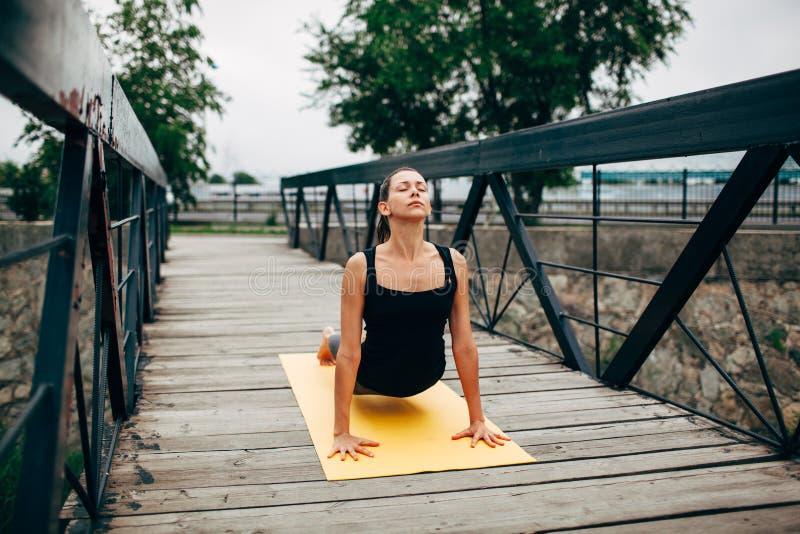 Download 做瑜伽的年轻亭亭玉立的妇女 库存图片. 图片 包括有 姿势, 背包, 浓度, 健康, 凝思, 精神, 幸福 - 59111535