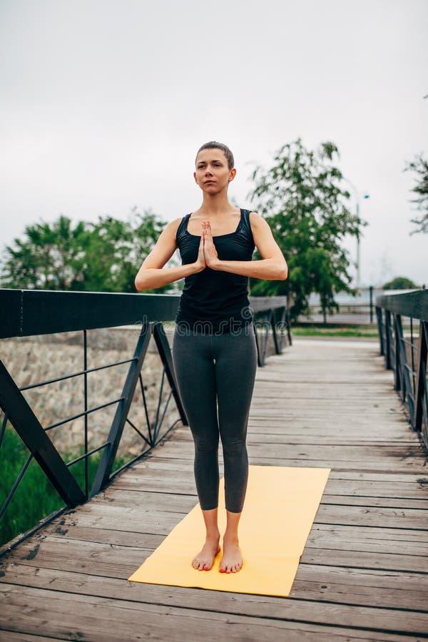Download 做瑜伽的年轻亭亭玉立的妇女 库存图片. 图片 包括有 健康, 和平, 爱好健美者, 姿势, 健身, 早晨 - 59111663