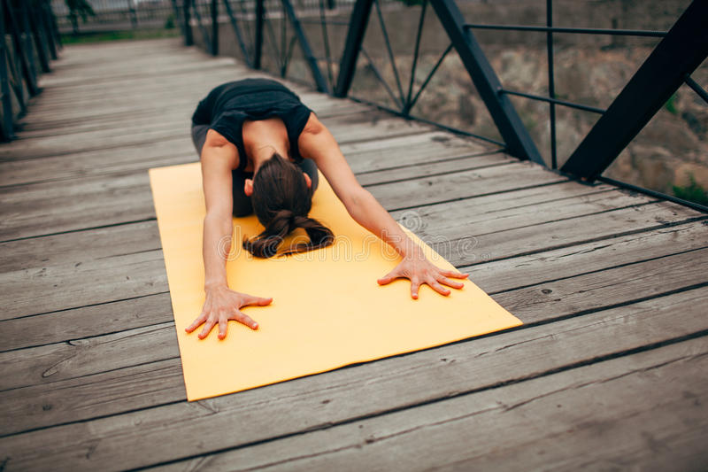 Download 做瑜伽的年轻亭亭玉立的妇女 库存照片. 图片 包括有 浓度, 重新创建, 健身, 能源, 姿势, 公园, 健康 - 59111720