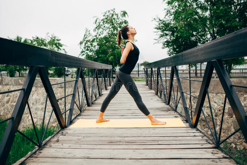 Download 做瑜伽的年轻亭亭玉立的妇女 库存照片. 图片 包括有 室外, 平安, 思考, 幸福, 现有量, 背包, 精神 - 59112346