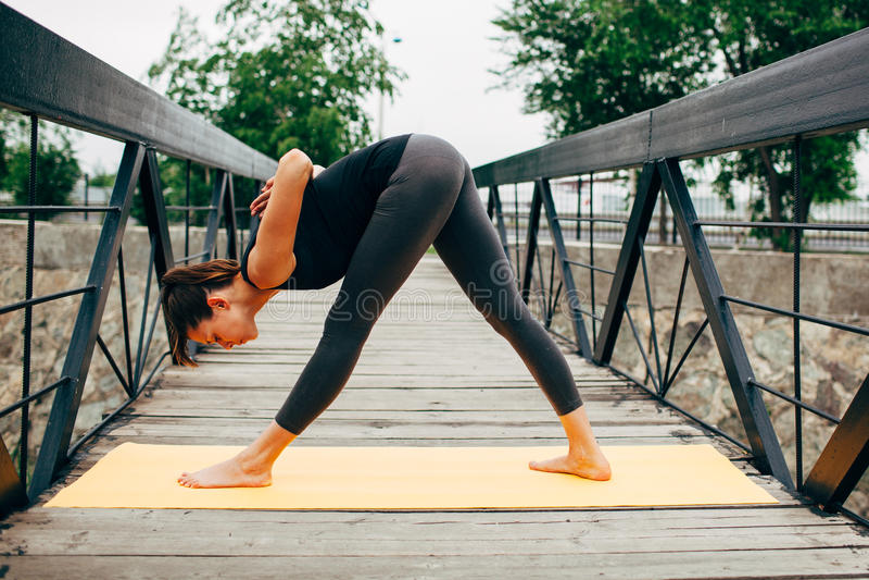 Download 做瑜伽的年轻亭亭玉立的妇女 库存图片. 图片 包括有 平安, 健康, 重新创建, 和平, 成人, 关心, 健身 - 59112413