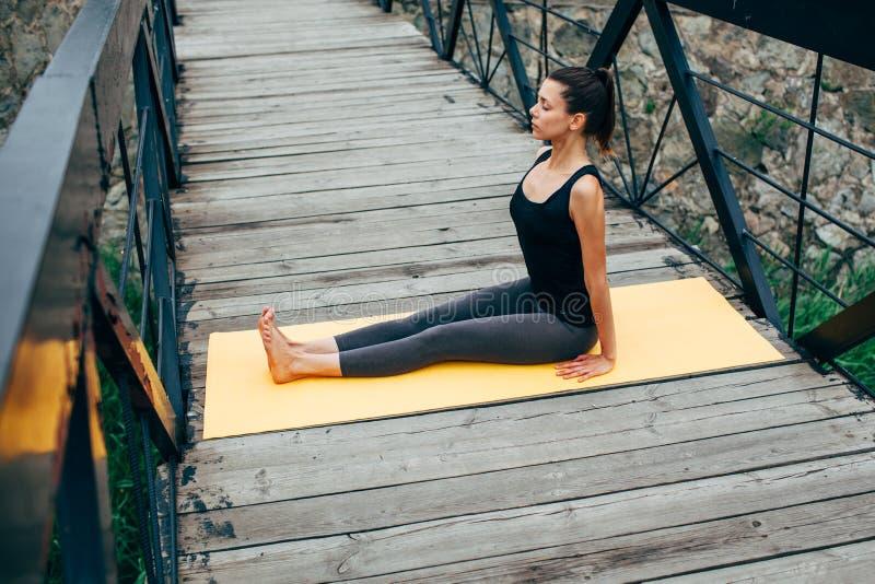 Download 做瑜伽的年轻亭亭玉立的妇女 库存图片. 图片 包括有 关心, 自然, 生活方式, 精神, 平安, beautifuler - 59112549