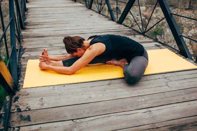 Download 做瑜伽的年轻亭亭玉立的妇女 库存照片. 图片 包括有 思考, 浓度, 能源, 姿势, 女孩, 健身, 生活方式 - 59112608