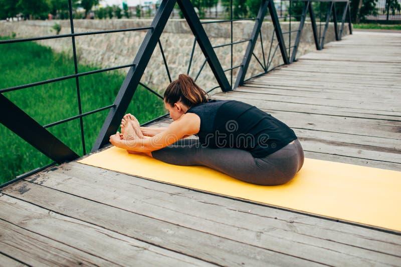 Download 做瑜伽的年轻亭亭玉立的妇女 库存照片. 图片 包括有 思考, 成人, 凝思, 早晨, 适应, 胡言乱语的 - 59112648