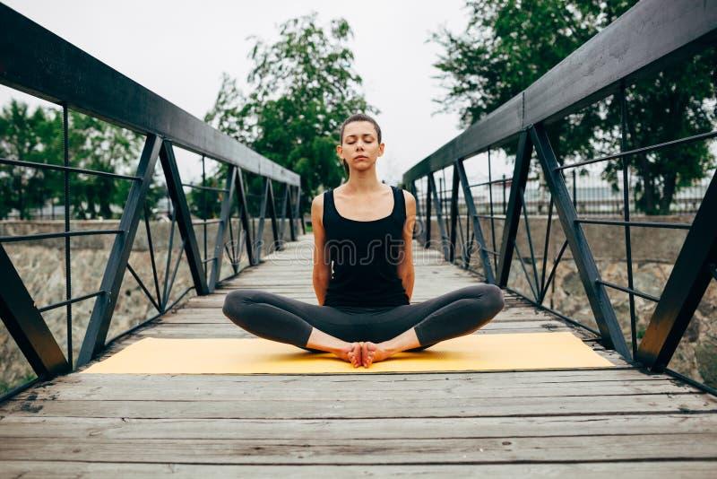 Download 做瑜伽的年轻亭亭玉立的妇女 库存照片. 图片 包括有 背包, 室外, 和平, 女性, 关心, 城市, beautifuler - 59112732